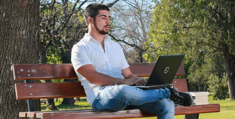 Buiten in het park werken is leuk, maar zorg wel voor een goede kostbaarhedenverzekering buitenshuis. © Valentina Simeonow Black17BG / Pixabay