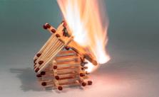 Een opstalverzekering behoort tot de noodzakelijke woonverzekeringen. De schade van een woningbrand is te groot om zelf te dragen. © Myriam Zilles / Pixabay
