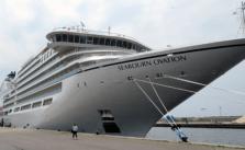 Seabourn Ovation in Ijmuiden. Sluit altijd een reisverzekering voor een cruise af. © Nico van Dijk